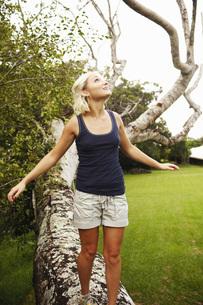 Woman walking on fallen treeの写真素材 [FYI01997451]