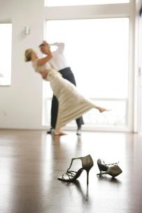 Couple in eveningwear dancingの写真素材 [FYI01997454]