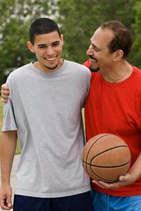 Hispanic men playing basketballの写真素材 [FYI01997480]