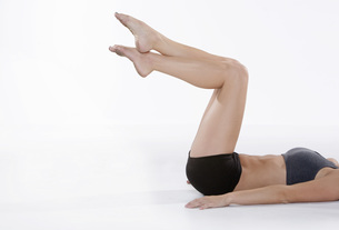 Woman in athletic gear exercisingの写真素材 [FYI01997495]