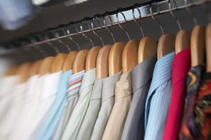 Close up of menis dress shirts hanging in closetの写真素材 [FYI01997504]