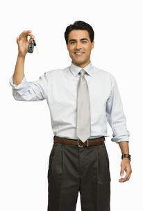 Businessman holding car keysの写真素材 [FYI01997512]
