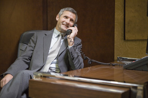 Businessman talking on telephoneの写真素材 [FYI01997521]