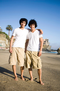 Portrait of twin brothers standing on beachの写真素材 [FYI01997564]
