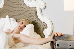 Woman setting alarm clockの写真素材 [FYI01997574]