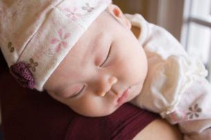 Chinese baby sleeping on shoulderの写真素材 [FYI01997575]
