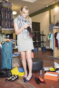 Woman shopping for shoesの写真素材 [FYI01997579]