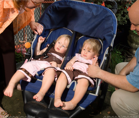 Father next to twins in strollerの写真素材 [FYI01997591]