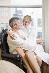 Woman sitting on husband's lapの写真素材 [FYI01997598]