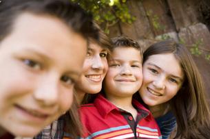 Smiling children posing outdoorsの写真素材 [FYI01997662]