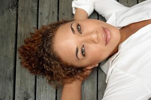 Woman laying on dockの写真素材 [FYI01997675]
