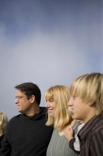 Family walking on beachの写真素材 [FYI01997704]