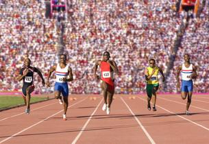 Runners racing on outdoor trackの写真素材 [FYI01997706]