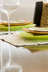 Place settings at dining room tableの写真素材 [FYI01997711]