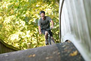Man riding bicycle over bridgeの写真素材 [FYI01997727]