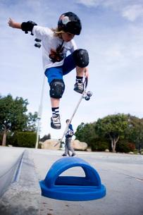 Boy skateboarding in skate parkの写真素材 [FYI01997735]
