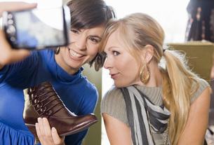 Women shopping for shoesの写真素材 [FYI01997750]