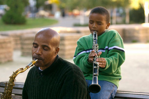 African father and son playing instrumentsの写真素材 [FYI01997755]
