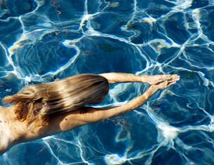 Nude woman swimmingの写真素材 [FYI01997769]