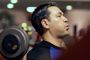 Man lifting weights in health clubの写真素材 [FYI01997773]