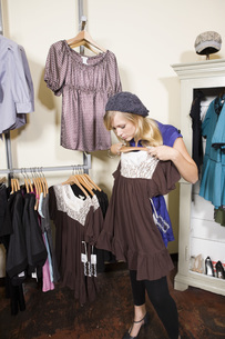 Woman shopping for clothingの写真素材 [FYI01997789]