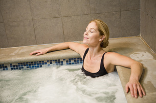 Woman sitting in hot tubの写真素材 [FYI01997806]