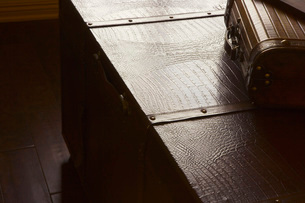 Large Leather Trunk with Old-fashioned Suitcaseの写真素材 [FYI01997814]