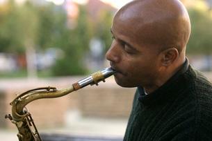 African man playing saxophoneの写真素材 [FYI01997822]