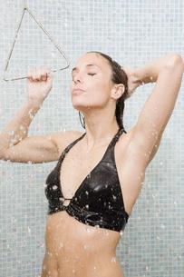 Woman in bathing suit taking showerの写真素材 [FYI01997824]