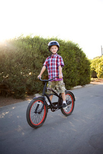 Young boy riding bicycleの写真素材 [FYI01997856]