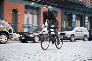 Man riding bicycleの写真素材 [FYI01997867]