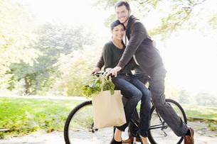 couple riding same bicycleの写真素材 [FYI01997891]