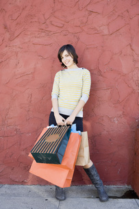 Woman holding shopping bagsの写真素材 [FYI01997928]