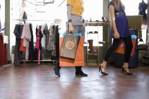 Women shopping for clothingの写真素材 [FYI01997931]