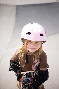 Girl in helmet with skateboardの写真素材 [FYI01997937]