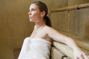 Woman sitting in saunaの写真素材 [FYI01997939]