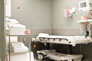 Stretcher and medical equipment in hospital roomの写真素材 [FYI01997943]