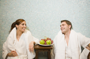 Couple in bathrobes smilingの写真素材 [FYI01997957]