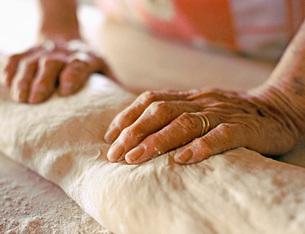 Baker kneading doughの写真素材 [FYI01997975]