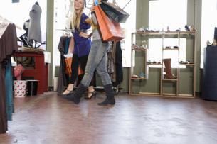 Women shopping for clothingの写真素材 [FYI01997985]