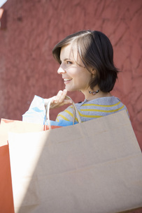 Woman holding shopping bagsの写真素材 [FYI01997995]