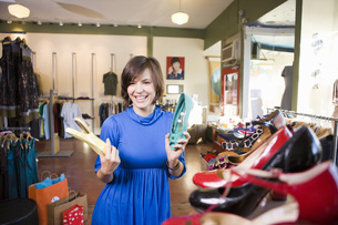 Woman shopping for shoesの写真素材 [FYI01998009]