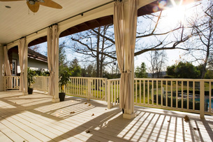 Large Country Style Porchの写真素材 [FYI01998010]