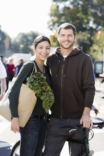 Couple holding bag of fresh vegetablesの写真素材 [FYI01998027]