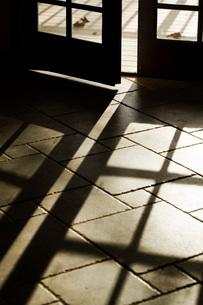 Sunlight Shadows Through French Doorsの写真素材 [FYI01998032]