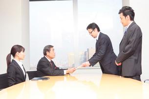 名刺を渡すビジネスマンの写真素材 [FYI01998047]