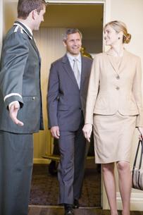 Bellhop welcoming coupleの写真素材 [FYI01998072]