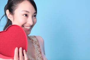 ハートを持った笑顔の女性の写真素材 [FYI01998077]
