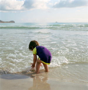 Child playing in waves at beachの写真素材 [FYI01998081]