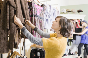 Woman shopping for clothingの写真素材 [FYI01998102]